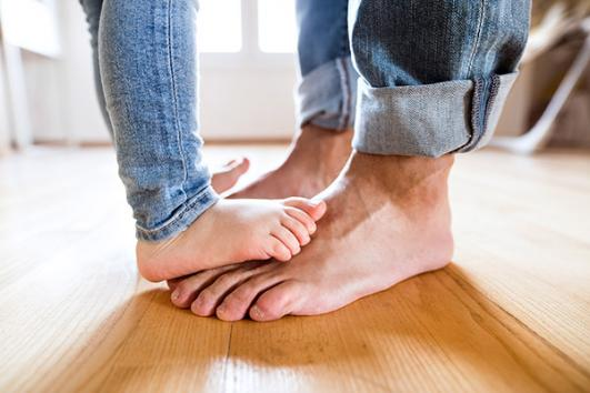 pieds enfant et adulte